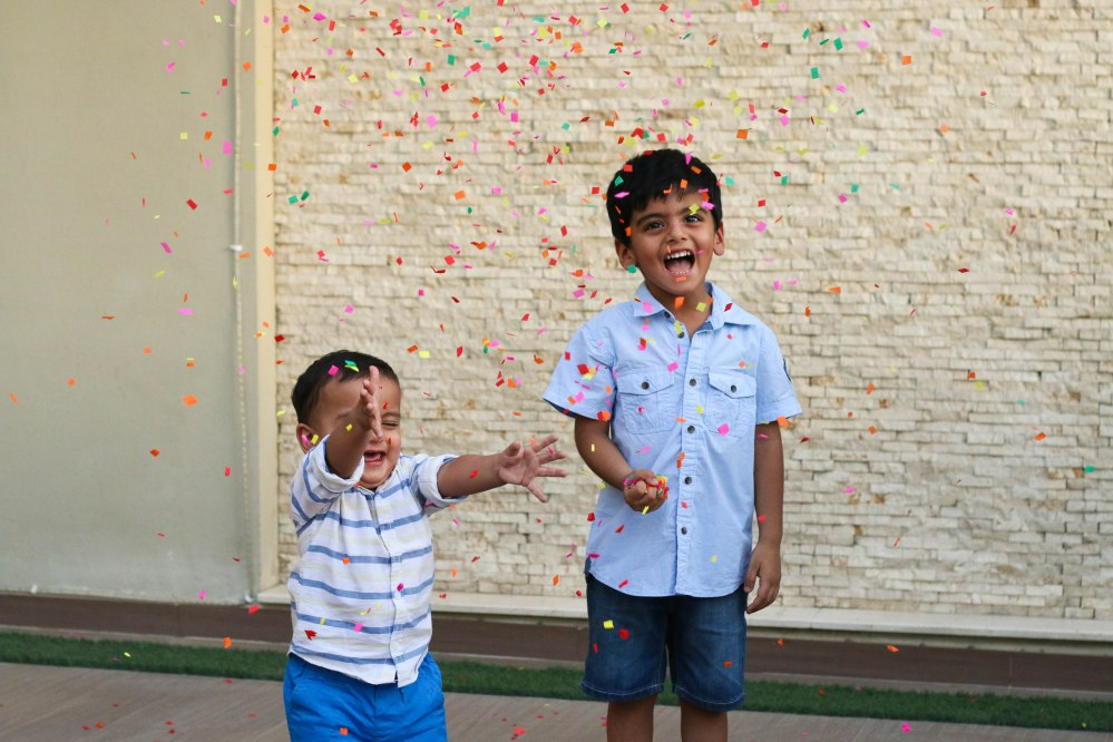 sibling photography with confetti