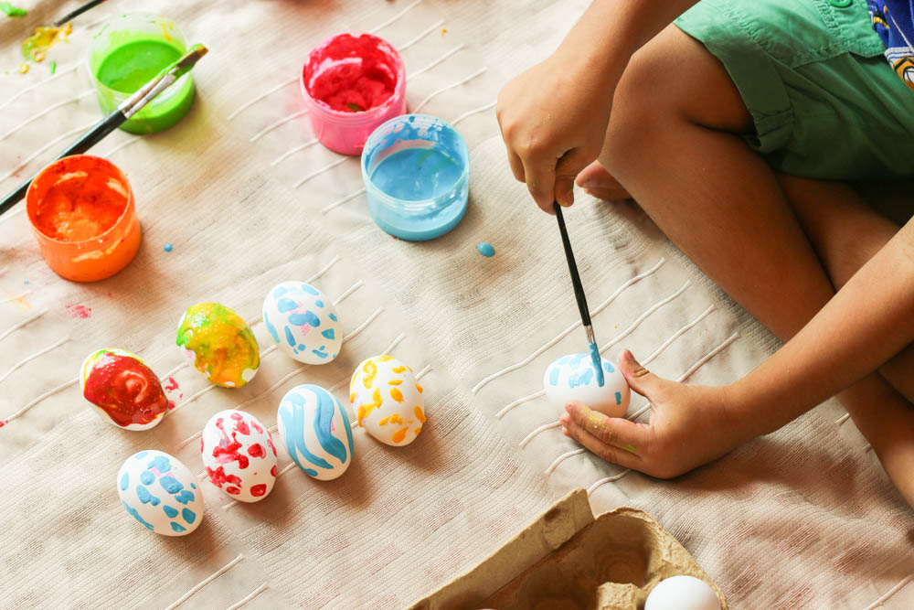 kids painting eggs